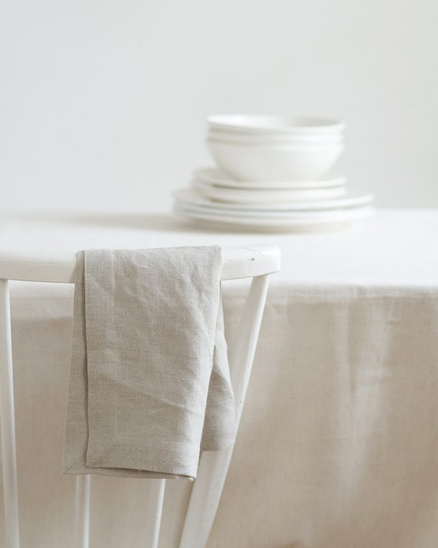 Mungo kinsail tablecloth and napkins paired with a white crockery for the perfect minimalist table setting, quality table linen woven at the Mungo Mill in Plettenberg Bay