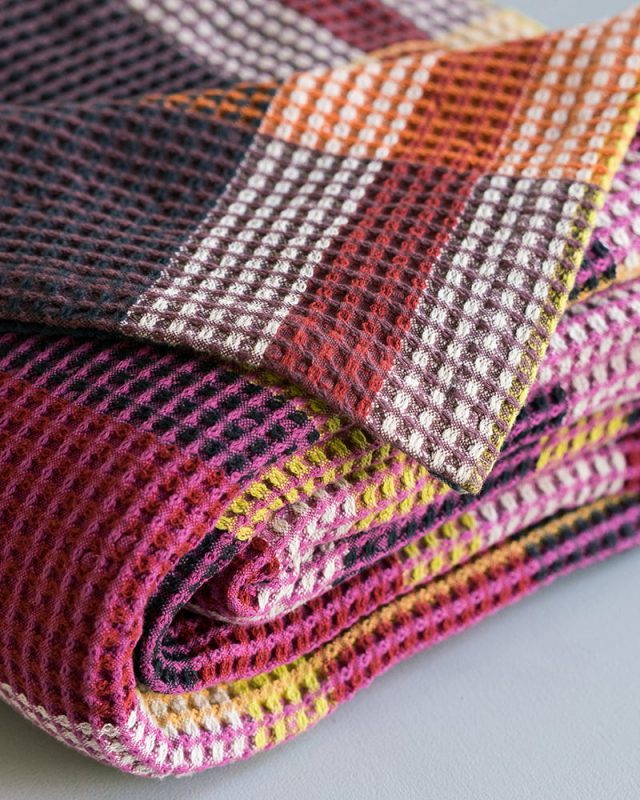 The Mungo Vrou-Vrou blanket in magenta showing detail weave woven in Plettenberg Bay