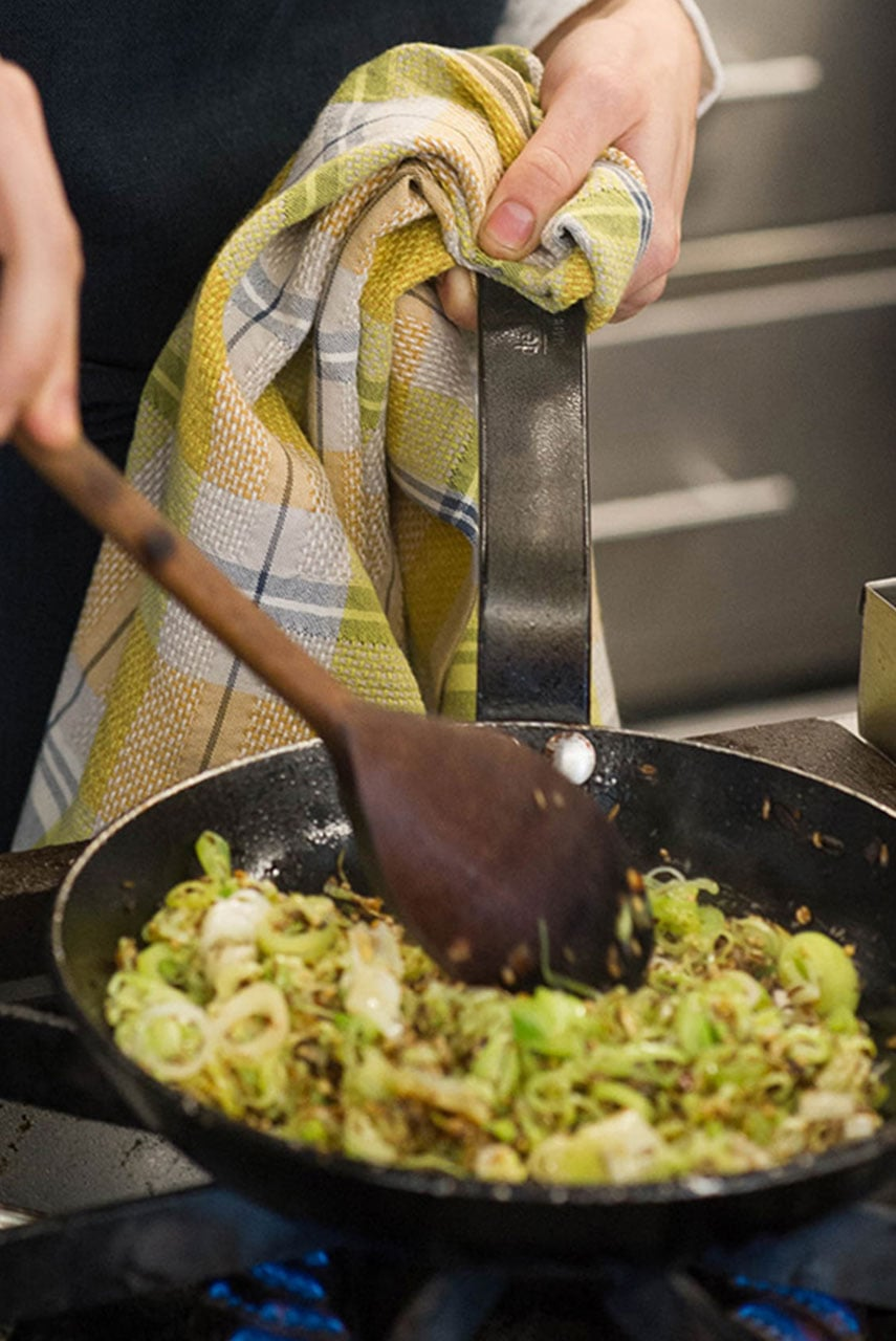 The Mungo Vadoek Cloth in Pesto, in a kitchen scene