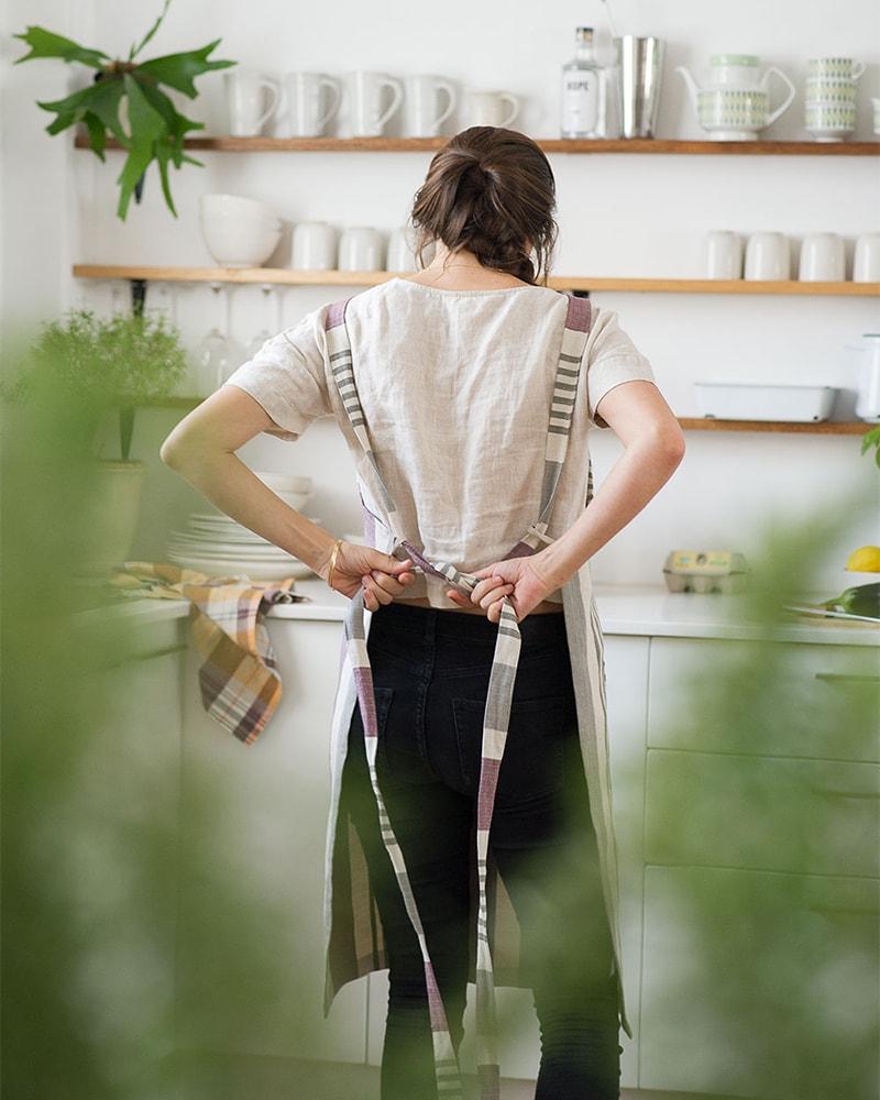 The back straps of the Mungo Chef's Apron in Aubergine