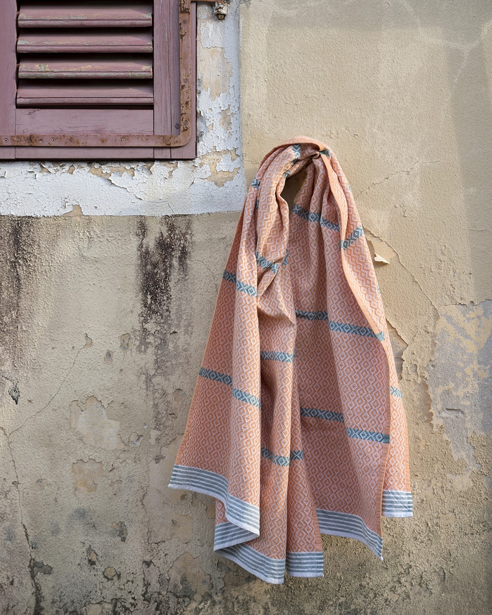 Mungo Itawuli in African sunset. A 100% cotton towel woven at the Mungo Mill in Plettenberg Bay, South Africa